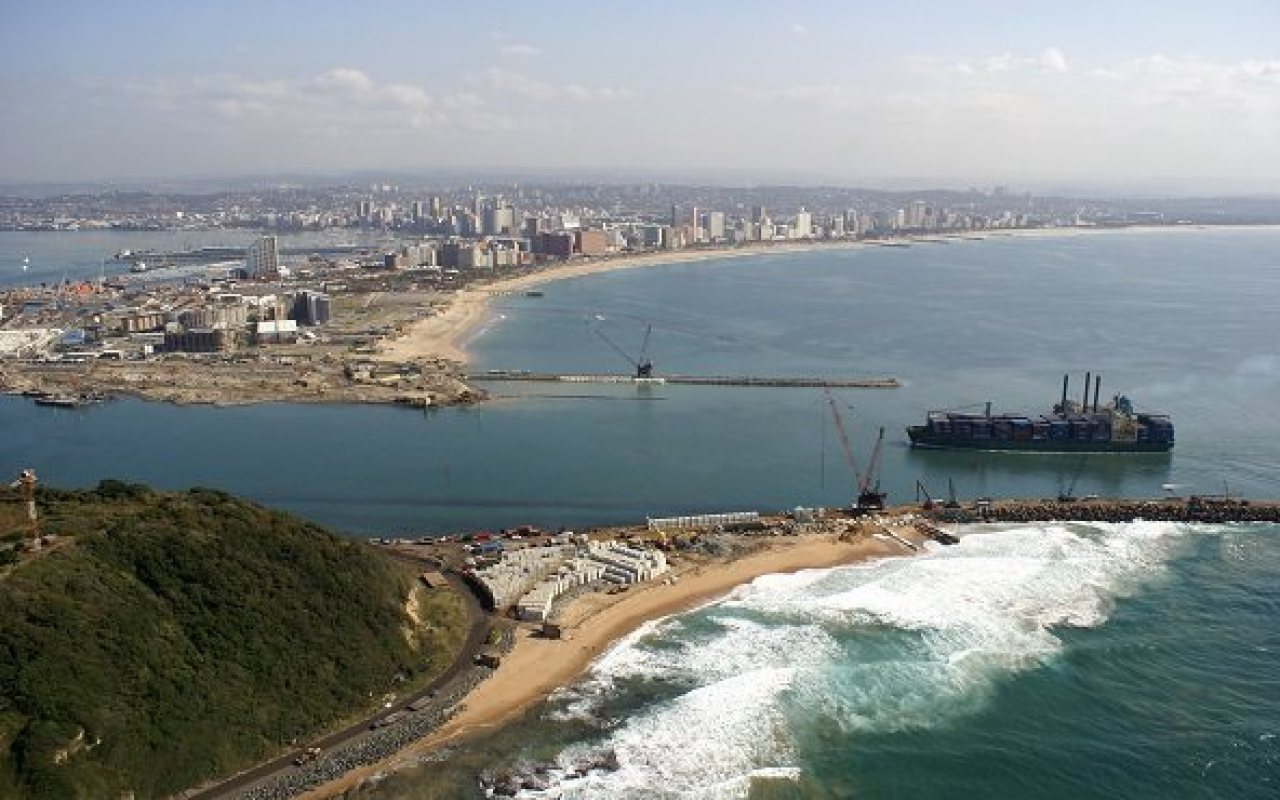 Durban_habour_mouth_containership_1280_800_84_s_c1