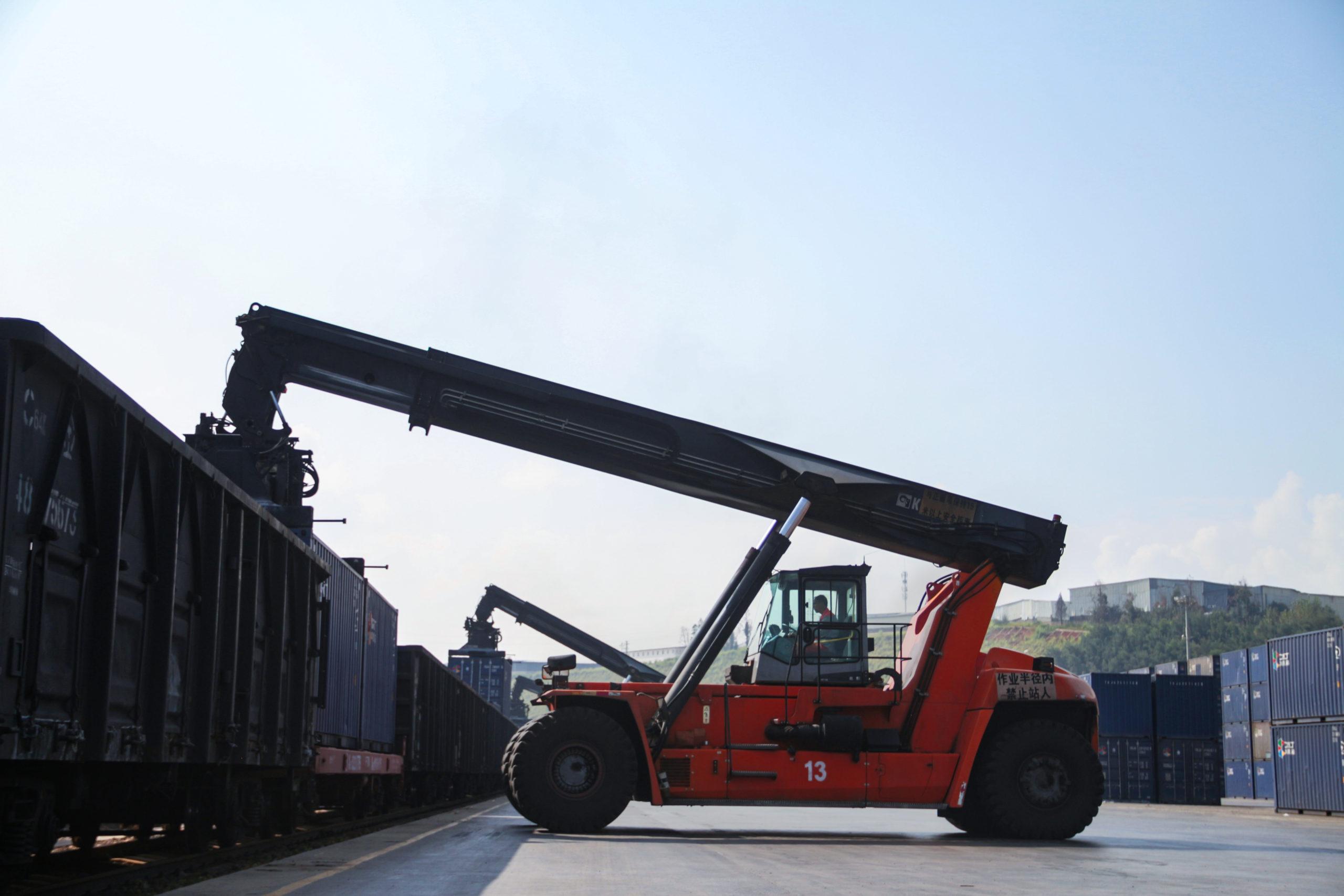 kalmar-essential-reachstacker-in-intermodal-operations-in-china