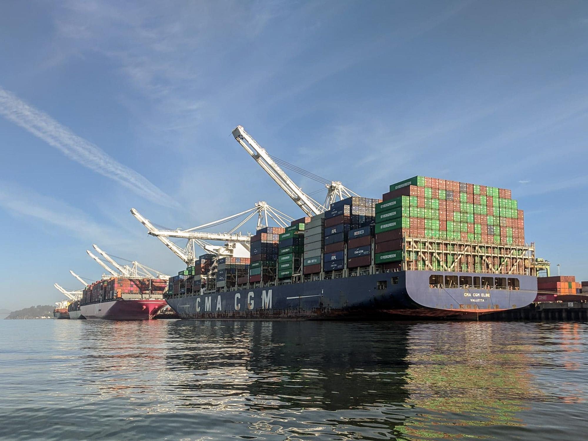 Ships_at_berth_Oakland_2020